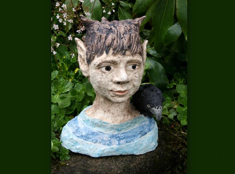 Keramik Skulptur – Elfe mit Rabe