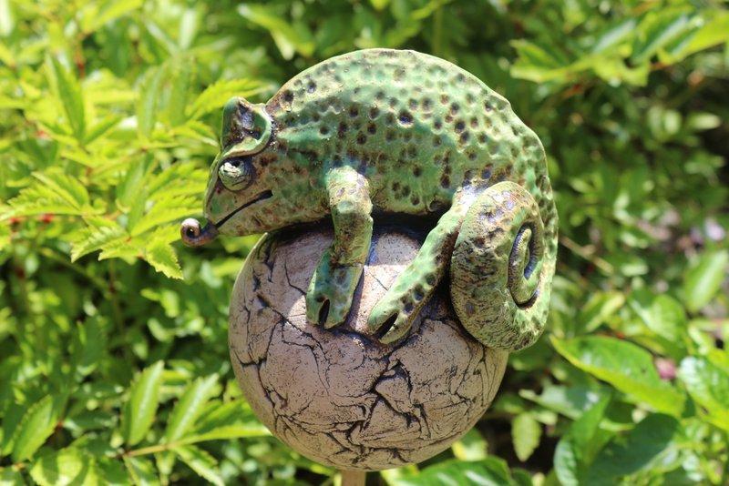 Keramik Rosenkugel Chamäleon – Gartenfigur // Gartenkeramik