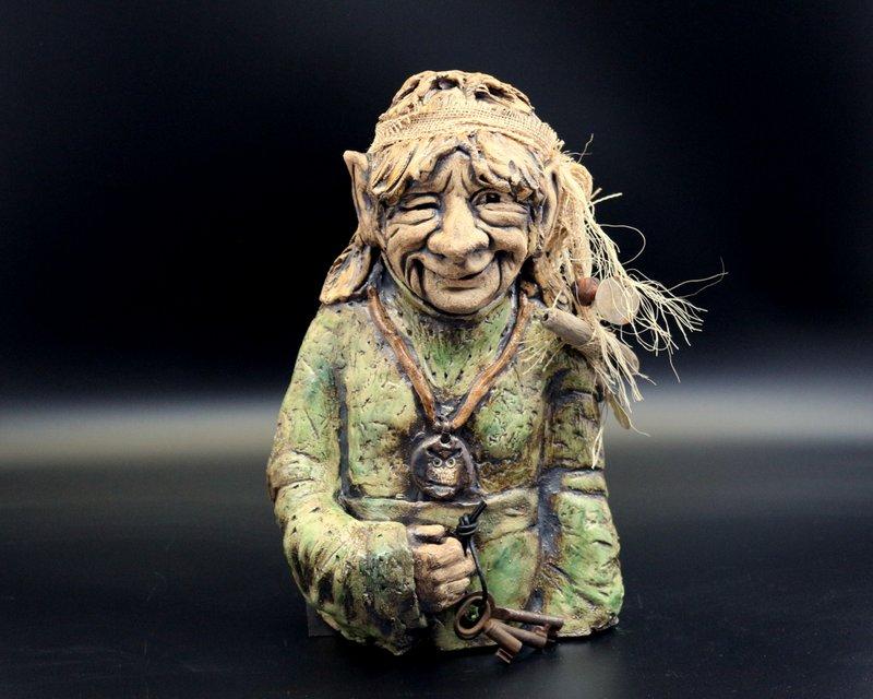 """Verkauft – Hippe Elfen-Oma, Keramik Skulptur """"Weisheit des Alters"""" – signiertes Unikat"""