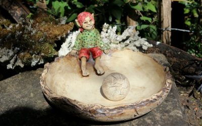Verkauft – Keramik Vogeltränke mit Elfe, Ø 23 cm – Unikat