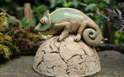 Keramik Chamäleon auf Halbkugel – sign. Unikat