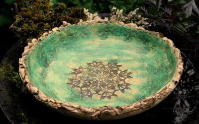 """Große Keramik Vogeltränke Ø 36 cm, """"Moos"""" grün mit Spitzenmuster – Unikat"""
