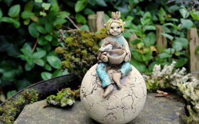Keramik Elfe auf Kugel – sign. Unikat