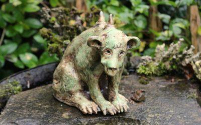 Verkauft – Keramik Gargoyle, Gartenwächter, Gartenfigur – Unikat