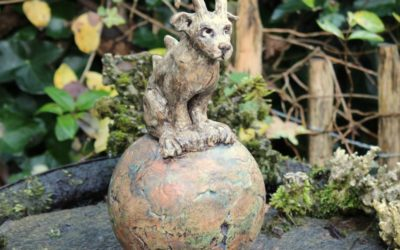 Keramik Gargoyle auf Kugel, Gartenwächter – Unikat
