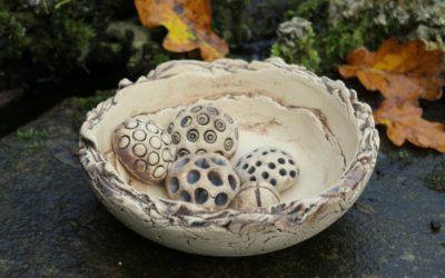 """Keramik Insektentränke / Vogeltränke """"Natur"""" mit Dekosteine – Unikat"""