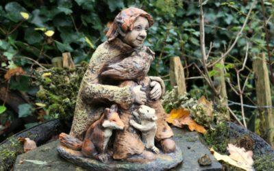 "Keramik Märchenfigur ""Waldelfe"", Keramik Figur mit Tieren – sign. Unikat"