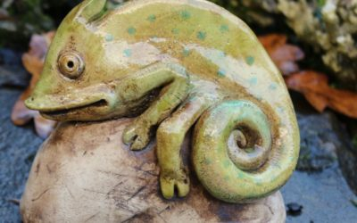 Keramik Chamäleon auf Sockel, Zaunhocker – Unikat