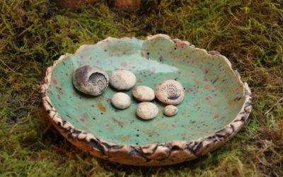 Keramik Vogeltränke Ø 23 cm mit grün – bunt gesprenkelt und Dekosteine – Unikat